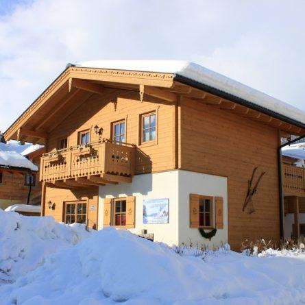 Aussenansicht des Alpen Chalet Salzburg in Niedernsill Winterwonderland