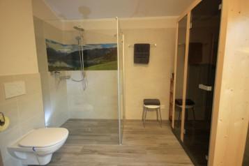 Bad mit Dusche und Infrarotkabine